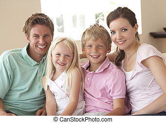 familie, sitzen sofa, hause, zusammen