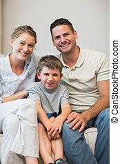 familie, sitzen zusammen, auf, sofa