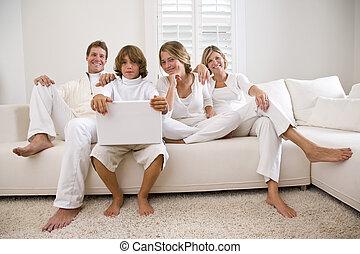 familie, slapp, på hvide, sofa, hos, laptop