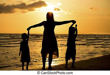 familie, sonnenuntergang, haben spaß, sandstrand, glücklich