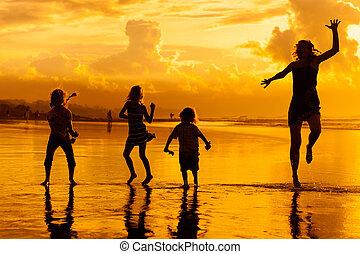 familie tijd, dageraad, strand, spelend, vrolijke