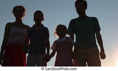 familie van vier, mensen, stalletjes, tegen, hemel