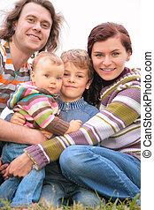 familie van vier, verticaal, op, natuur