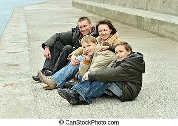 familie van vier, zittende