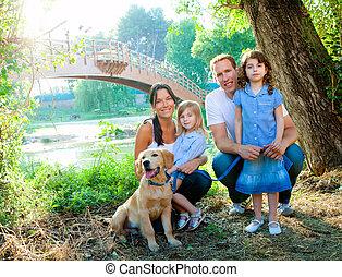 familie, vater, mutter, kinder, und, hund, draußen