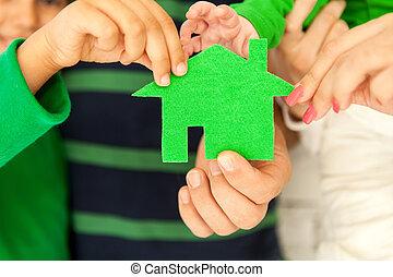 familie vier, besitz, grünes haus, in, hände