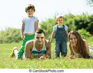 familie vier, in, gras, an, park
