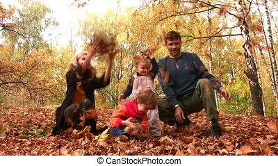 familie vier, werfen, blätter