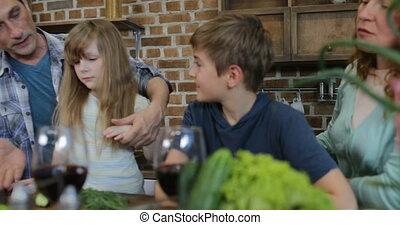 familie voedsel, communicatie, het koken, terwijl, klesten, diner, ouders, het bereiden, thuis, kinderen, keuken