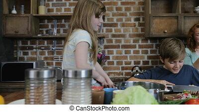 familie voedsel, groentes, het koken, samen, het kijken, holle weg, ouders, thuis, glimlachen gelukkig, kinderen, keuken