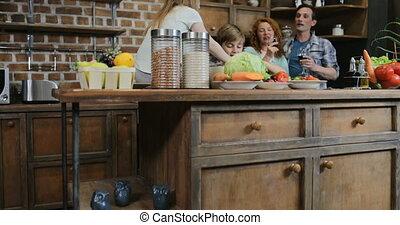 familie voedsel, het koken, samen, kinderen, ouders, het bereiden, omhelzen, wijntje, thuis, drinkt, keuken, maaltijd, vrolijke