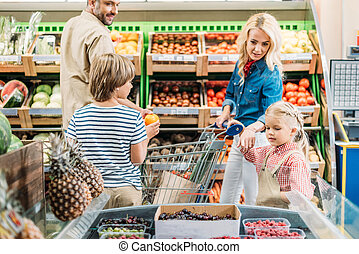 familie winkelen, in, supermarkt