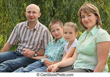 familie zwei kindern, sitzen, an, der, gras, in, früh, herbst, park., fokus, auf, wenig, girl\'s, gesicht