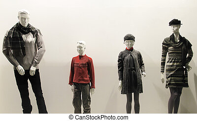 Familiy - Family of plastic mannequins behind the showcase.