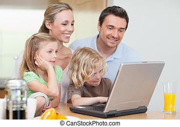familj, användande, internetet, i köket