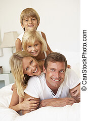 familj, avkopplande, ung, säng, tillsammans, stående