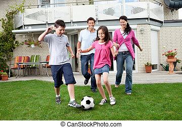 familj, fotboll, deras, bakgård, leka, lycklig