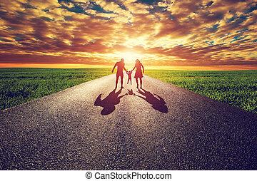 familj, gå, på, länge, rak, väg, väg, mot, solnedgång, sol