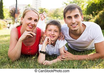 familj, glad, parkera, pojke, stående