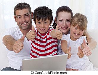 familj, hemma, användande, a, laptop, med, tummar uppe