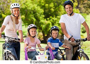 familj, i parken, med, deras, cyklar