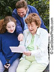 familj, läsning brev, tillsammans