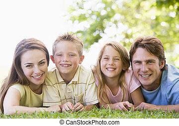 familj, lögnaktig, utomhus, le