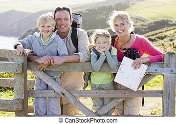familj, på, cliffside, bana, benägenhet på, staket, och, le