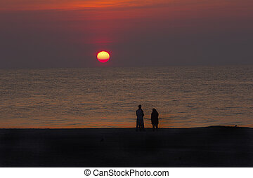 familj, silhouettes, med, röd, soluppgång