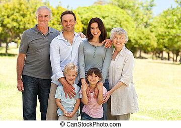 familj, stående, i parken