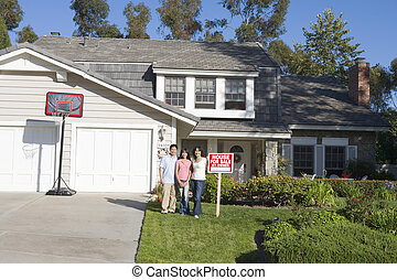 familj, stående, utanför, hus, med, fast egendom signera