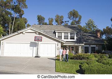familj, stående, utanför, hus