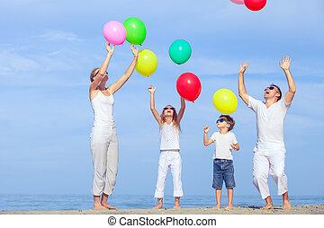 familj, time., hoppning, solnedgång strand, lycklig