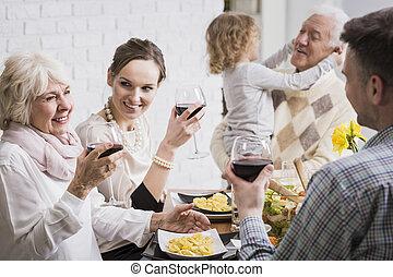 familj, uppresning glasögon, in, en rostat bröd