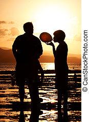 famille, à, coucher soleil