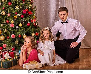 famille, à, enfants, assaisonnement, noël, arbre.