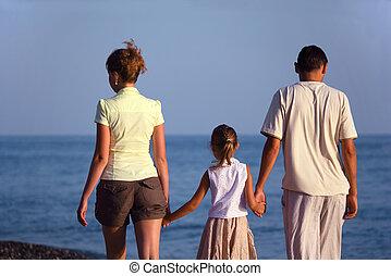 famille, à, girl, promenades, long, mer, plage., dos, vue.