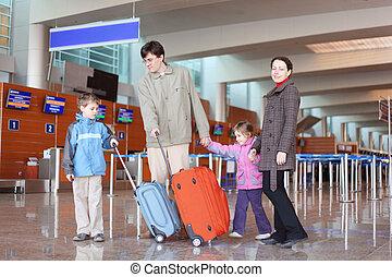 famille, à, valises, marche, dans, aéroport, salle