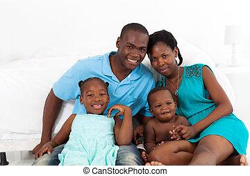 famille américaine africaine, dans, chambre à coucher