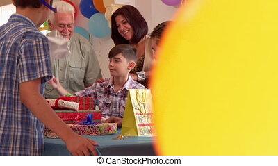 famille, applaudir, enfant, célébrer, anniversaire, mains, amis, heureux