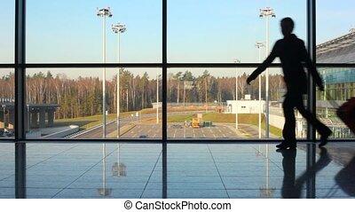 famille, avion, aéroport, contre, silhouettes, fenêtre, hâte