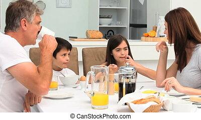 famille, avoir, a, petit déjeuner
