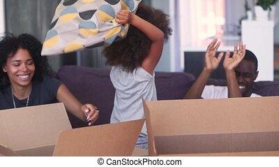 famille, avoir, boîtes, en mouvement, africaine, amusement, déballage, jour, heureux