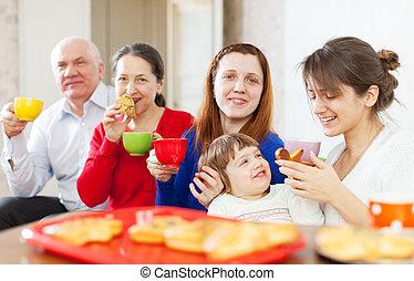 famille, avoir, thé, à, gâteaux, ensemble
