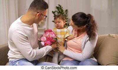 famille, bébé, maison, girl, fleurs, heureux