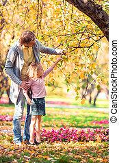 famille, beau, jour automne, gosse, papa, parc