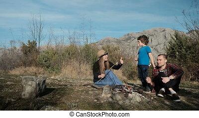 famille, brûler, outdoor., guimauves, grillage, heureux