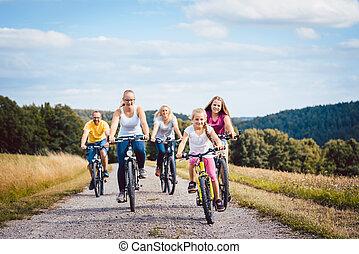 famille, campagne, leur, bicycles, après-midi, équitation