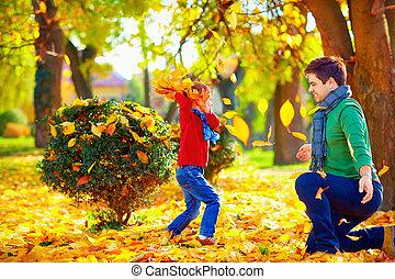famille, coloré, parc, automne, amusement, avoir, heureux