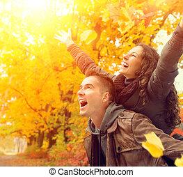 famille, couple, automne, fall., park., dehors, amusement, avoir, heureux